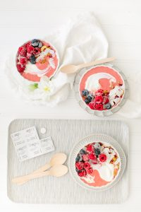 overhead of pretty smoothie bowl
