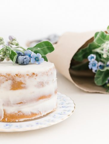 mini vanilla cake with blooms